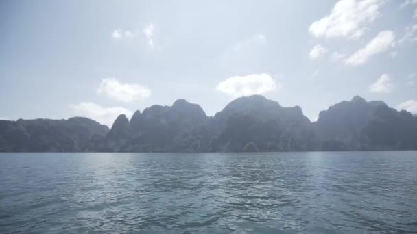 tropischen thailändischen Dschungel See cheo lan, Insel, wilde Berge Naturpark Schiff Yacht Felsen