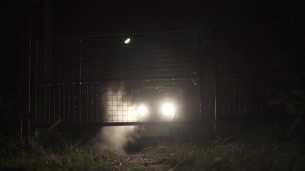 Suv giungla notte jeep corsa e illuminazione azione recinzione