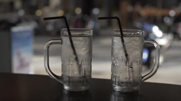 Prázdných sklenic s trubice v café restaurace, večeře, nápoje, elegantní, beerglass, tabulka