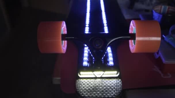 Longboard con illuminazione a luce led. montaggio skateboard con