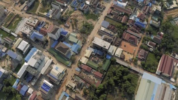 Automobilový provoz v ulicích Sihaoukville 4k Drone shot