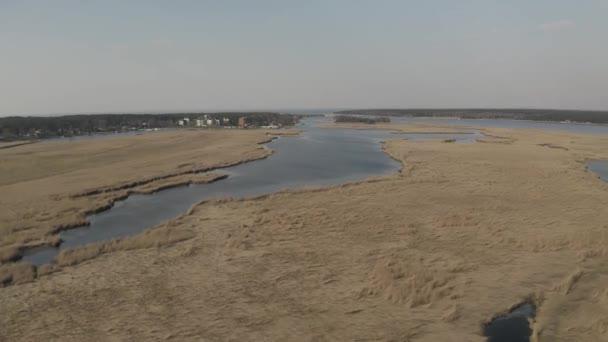 liepupe Fluss in der Nähe der Ostsee und das gelbe Gras in Jurmala in Lettland