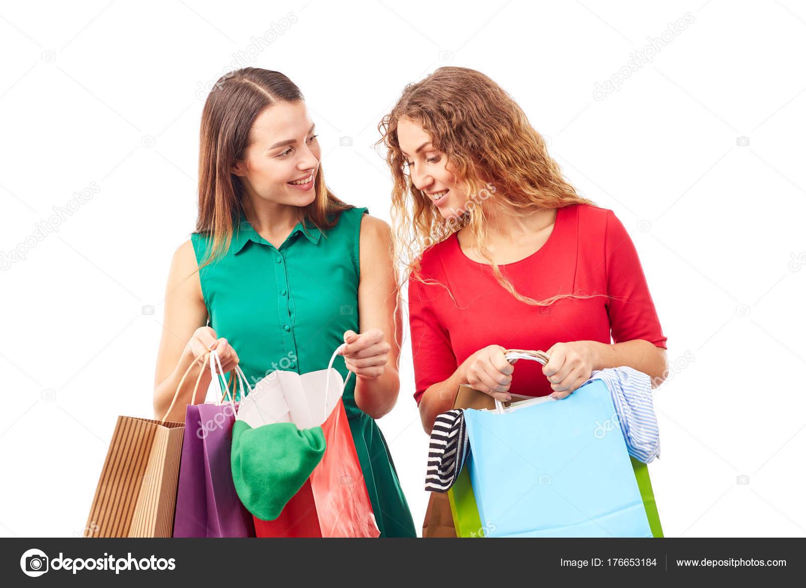 e53e3d6dc2c7 Πορτρέτο του δύο φίλες κρατώντας πολύχρωμα τσάντες για ψώνια — Εικόνα από  ...