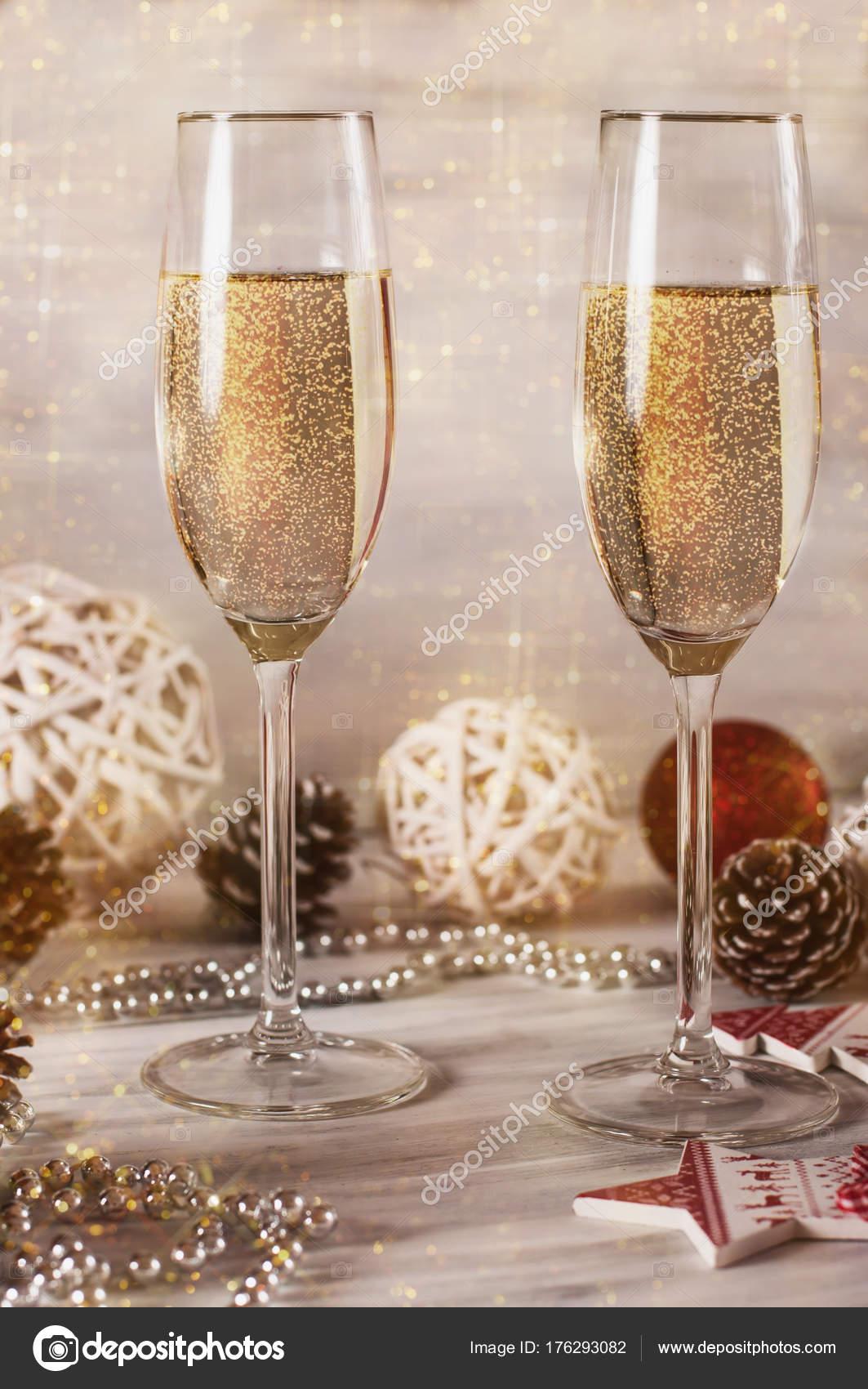 fee9443828 Γυαλιά Σαμπάνια Ξύλινο Λευκό Φόντο Διακοσμητικά Πρωτοχρονιά ...