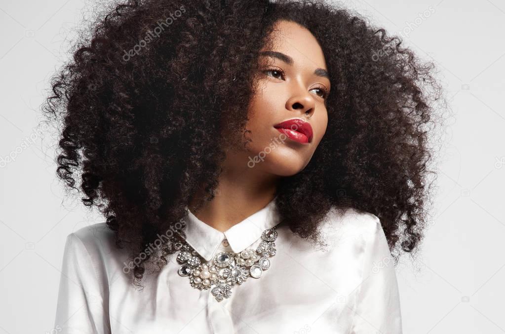 Femme Noire Regardant De C 244 T 233 Avec Des Cheveux Boucl 233 S