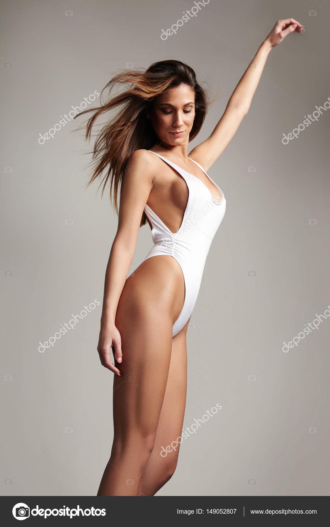 donna spagnola di Dancing in costume da bagno — Foto Stock ...