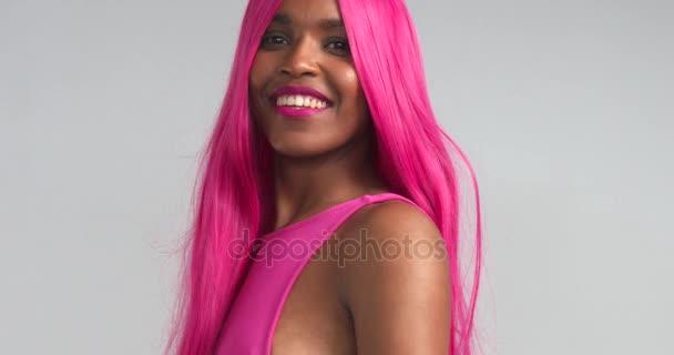 Černé ženy tančí v růžové paruka