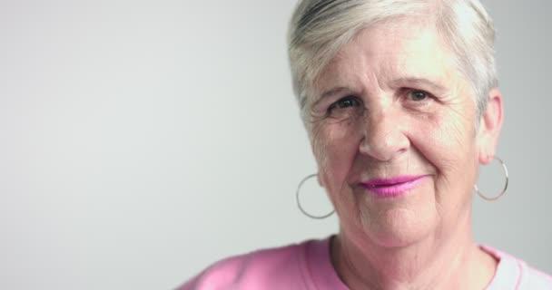Ältere Frau bewegt Kopf wie einig und uneinig