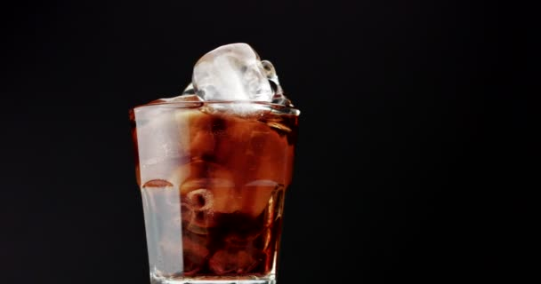 üveg jégkockával, citrom dia és cola. ROM cola, friss ital, jégkocka, buborékok
