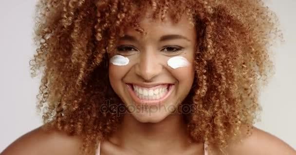 Smíšené rasy černý blondie žena smála fotoaparát
