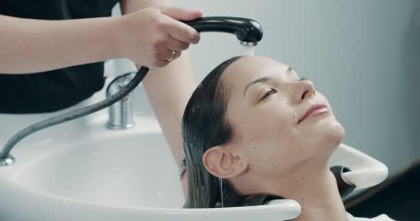 Léčba vlasů s profesionální kadeřník má Kavkazský žena v salonu.