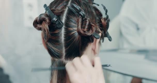 Žena v salónu. vlasy aparted zónami. Příprava k stříhání vlasů