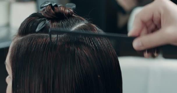 žena s mokrými vlasy, přípravu a česání pro harcut