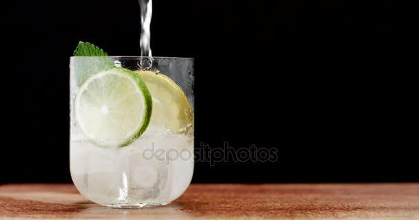 Detailní záběr na koktejl. Mojito, tonik vody s mátou a citronem a vápno a kostky ledu