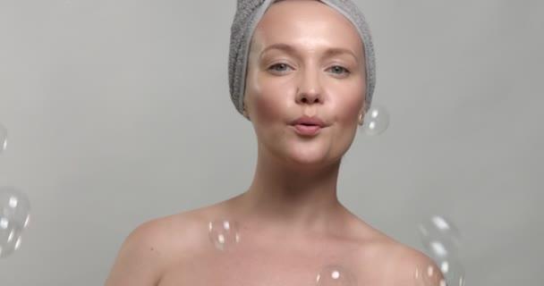nő hord egy törülközőt a szappanbuborékok