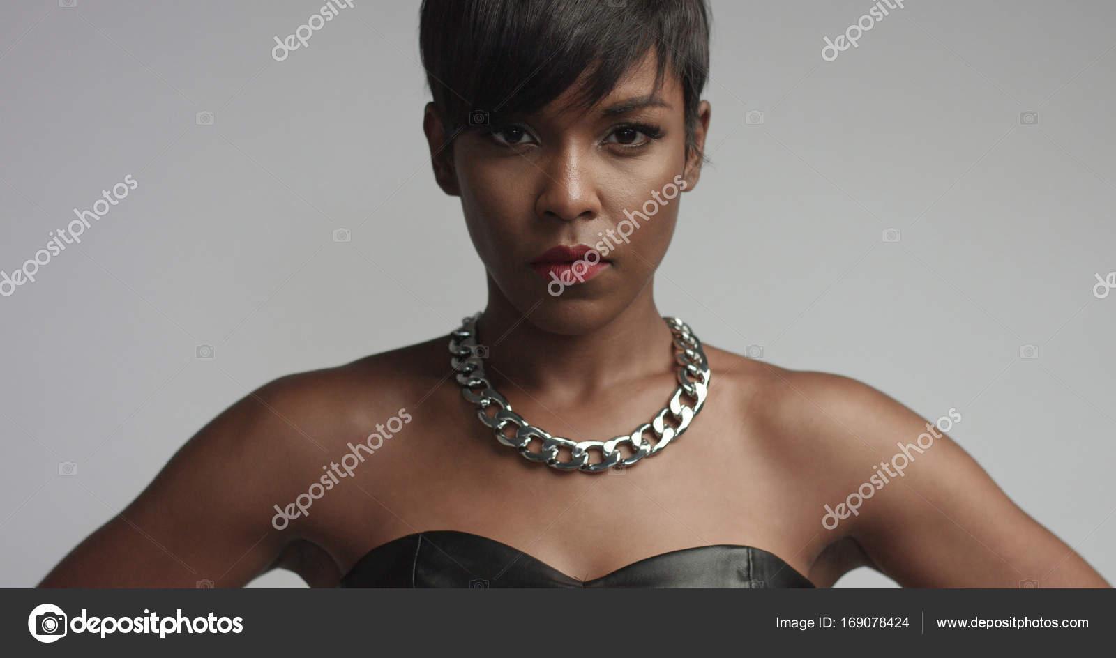 Große sexy schwarze Frau