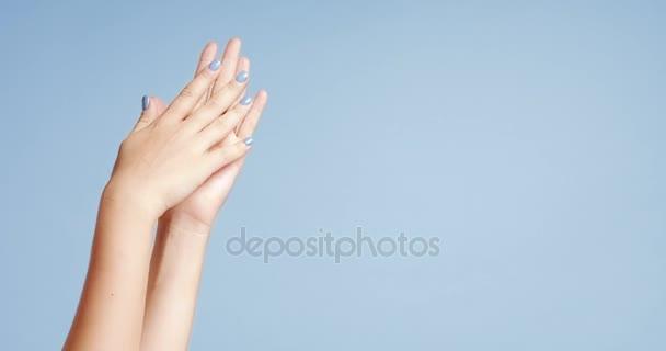 Zenske ruce detailní izolované na světle modrá