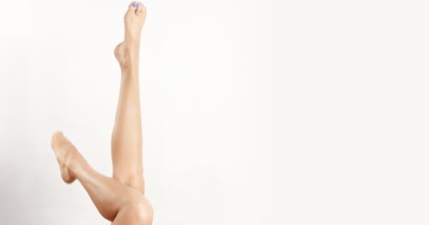 Krásný Zenske nohy s polskými modré nehty