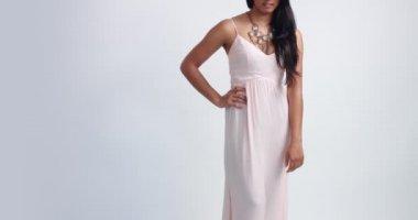 Licht Roze Jurk : Vrouw het kort roze jurk zit zijwaarts witte paard u2014 stockvideo