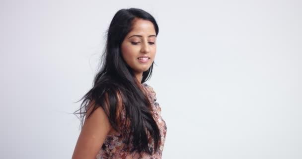 wunderschöne indische Frau in flowy ärmellose Bluse
