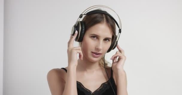 portrét mladé ženy v sluchátka