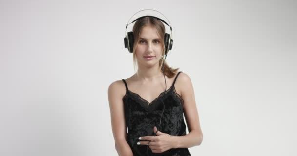 attraktives blondes Mädchen in Loungewear und Kopfhörer