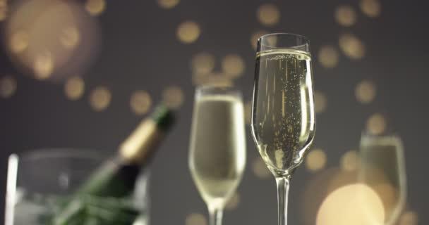 Slavnostní bublinky ve sklenici šumivého vína