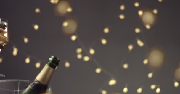 Paar, toasten mit Gläsern Champagner