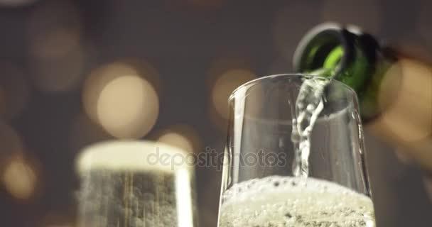 Vylévání šampaňského do sklenice flétna