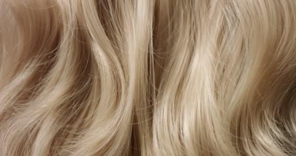 Womans kézzel fut keresztül haj