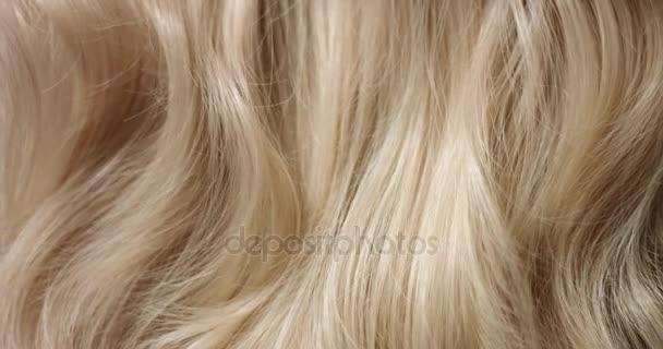 Kartáčování dlouhé blond vlasy