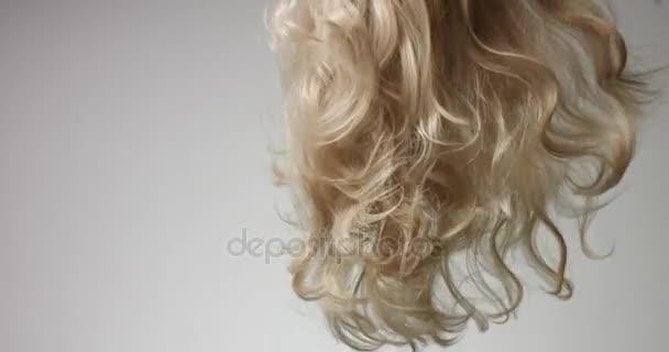 Třepání blond vlasy