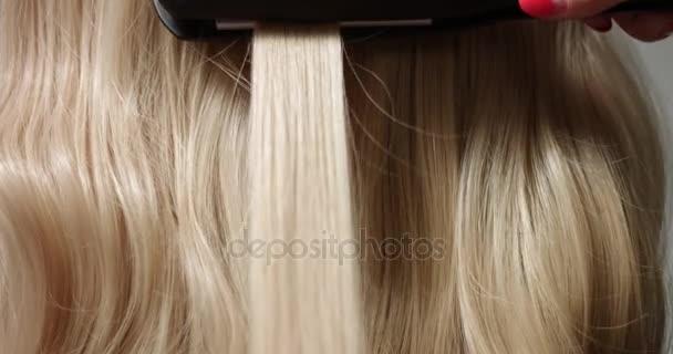 Styling blond vlasy se žehlička na vlasy