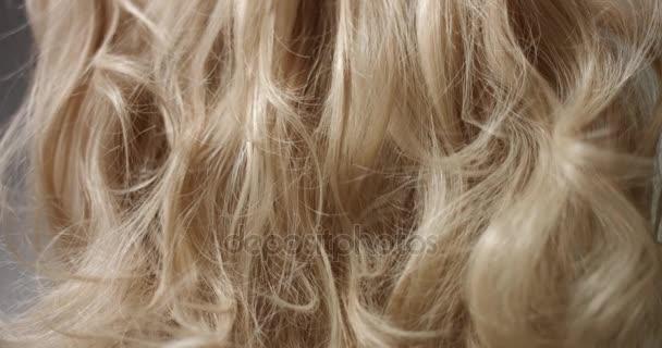 Szőke haj haj spray alkalmazása
