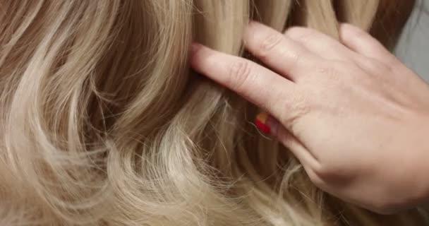 Makro snímek Zenske ruky dotýká vlasů