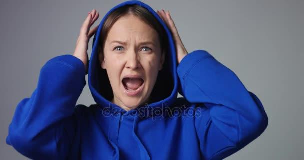 Emocionální žena křičela izolované na bílém