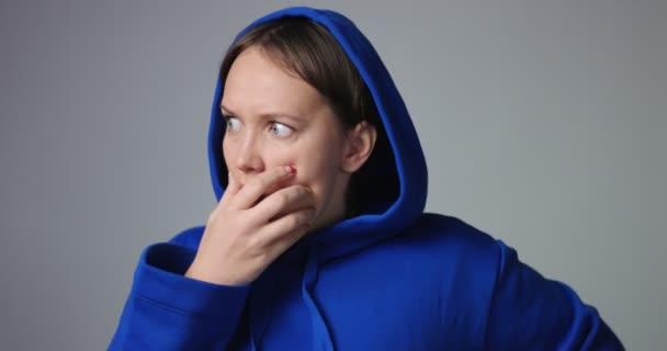 Žena v modré mikina zobrazeno měnící emoce