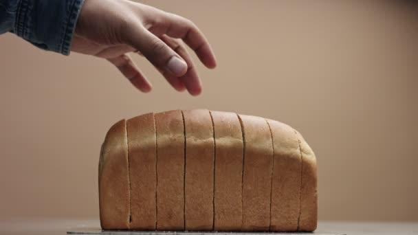 fekete kéz felszállás egy szelet kenyeret, kenyeret téglából mans