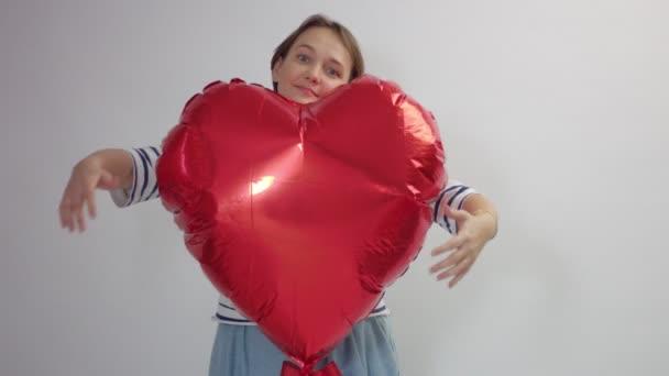 Kavkazský žena obejme obrovské červené srdce a Zadrž dech