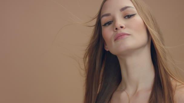 portrét pan modelu s létáním vzduchem vlasy