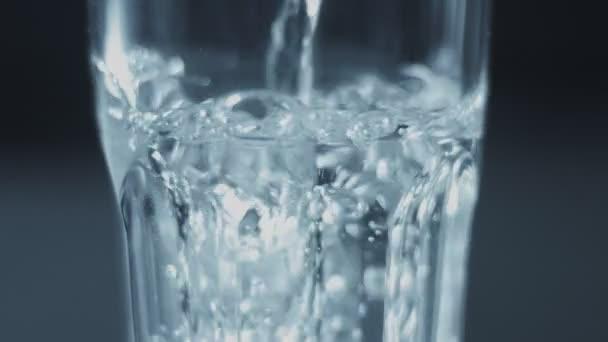 Closeup slowmotion skla vybarvovaly s vodou
