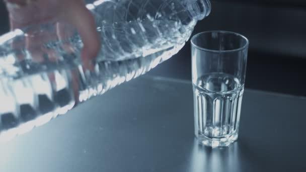 Closeup slowmotion skla vybarvovaly vodou z láhve