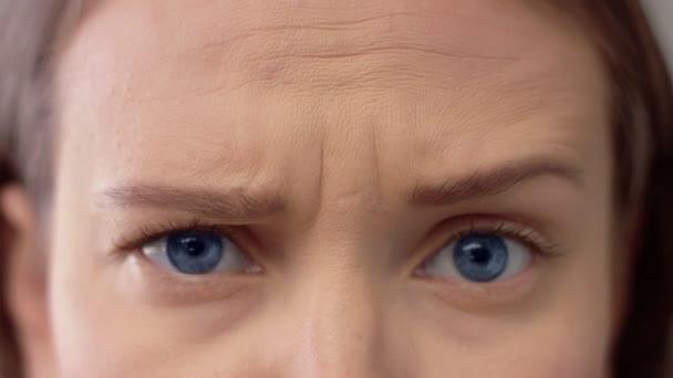 Closeup žena modré oči a čelo ukazuje různé emoce