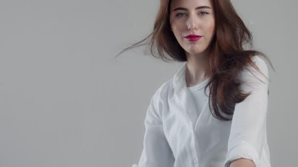 Detailní portrét youn žena modelu ve studiu s foukání vlasů