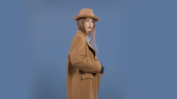 Módní úvodník portrét blondýny svléknout její bundu ve zpomaleném filmu
