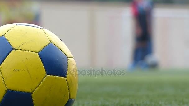 Atmosféru fotbalového cvičiště pro mládež v Thajsku