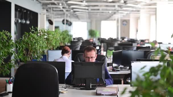Ein Mann rastet aus, wird durch einen Fehler depressiv und bricht die Tastatur auf dem Monitor. Der männliche Manager ist wütend und lässt den Computer abstürzen. Bürokauffrau ist am Arbeitsplatz gestresst. Instabile Psyche.