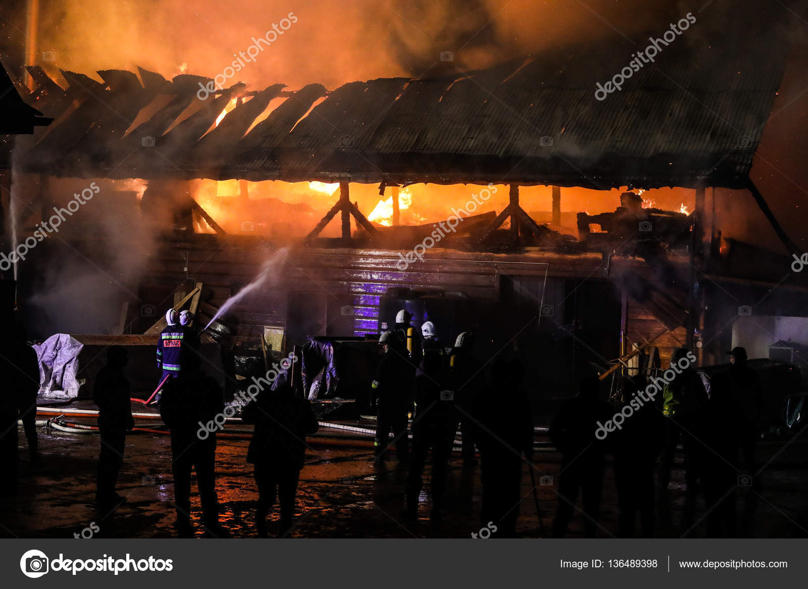 Carpentry house in fire – Stock Editorial Photo © adameq2