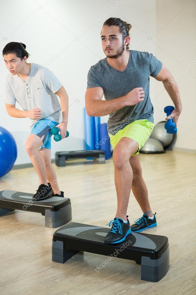 Männer, die Step aerobic Übungen — Stockfoto