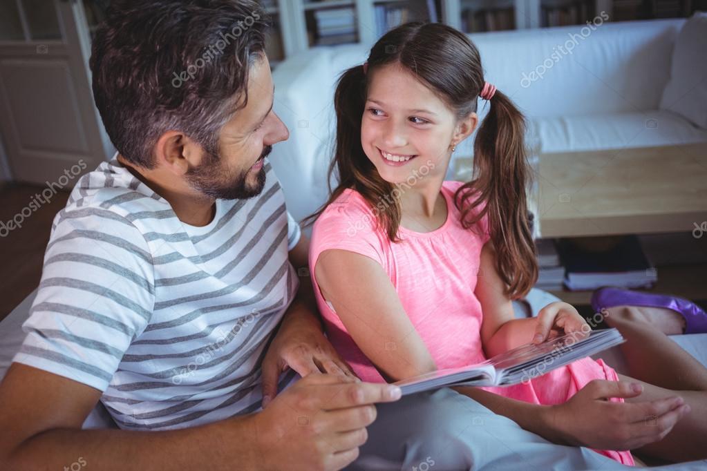 Дочь с отцом в постели видео